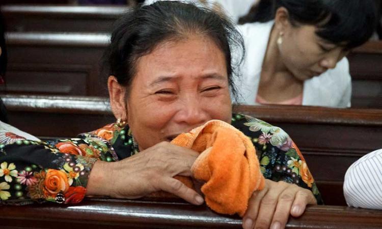 Người thân nạn nhân gào khóc tại tòa. Ảnh: Vietnamnet.
