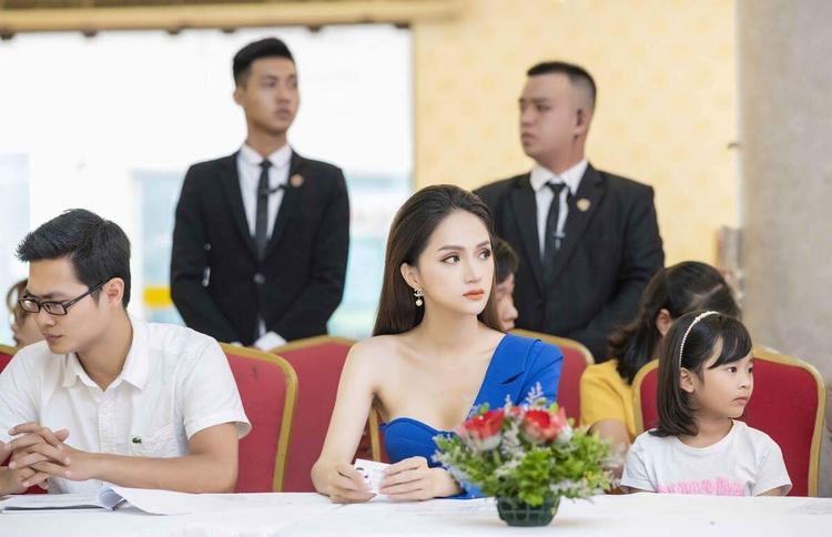 """Có phải Hương Giang đã đạt đến """"cảnh giới"""" chẳng cần làm gì, chỉ ngồi không cũng đủ đẹp?"""