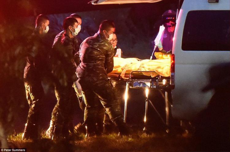 Những cậu bé được giữ ấm cơ thể trên đường di chuyển tới bệnh viện.