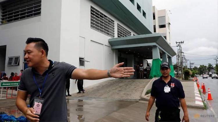 Các nhân viên đang dọn dẹp trước bệnh viện Chiang Rai.