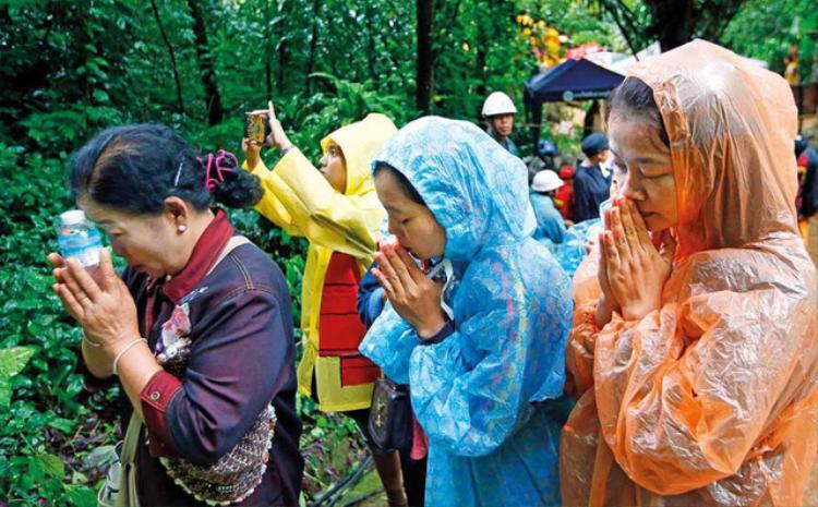 Người dân cùng cầu xin lòng thương từ Thần mưaPhra Pirun để cuộc sơ tán được diễn ra thuận lợi. Ảnh: AP