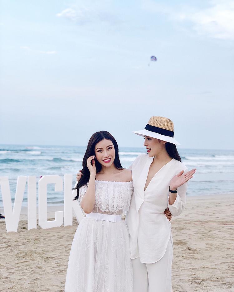 Khi đi tiệc sinh nhật của một người chị em thân thiết, Kỳ Duyên cũng ưu tiên trang phục menswear thay vì váy vóc nữ tính điệu đà.