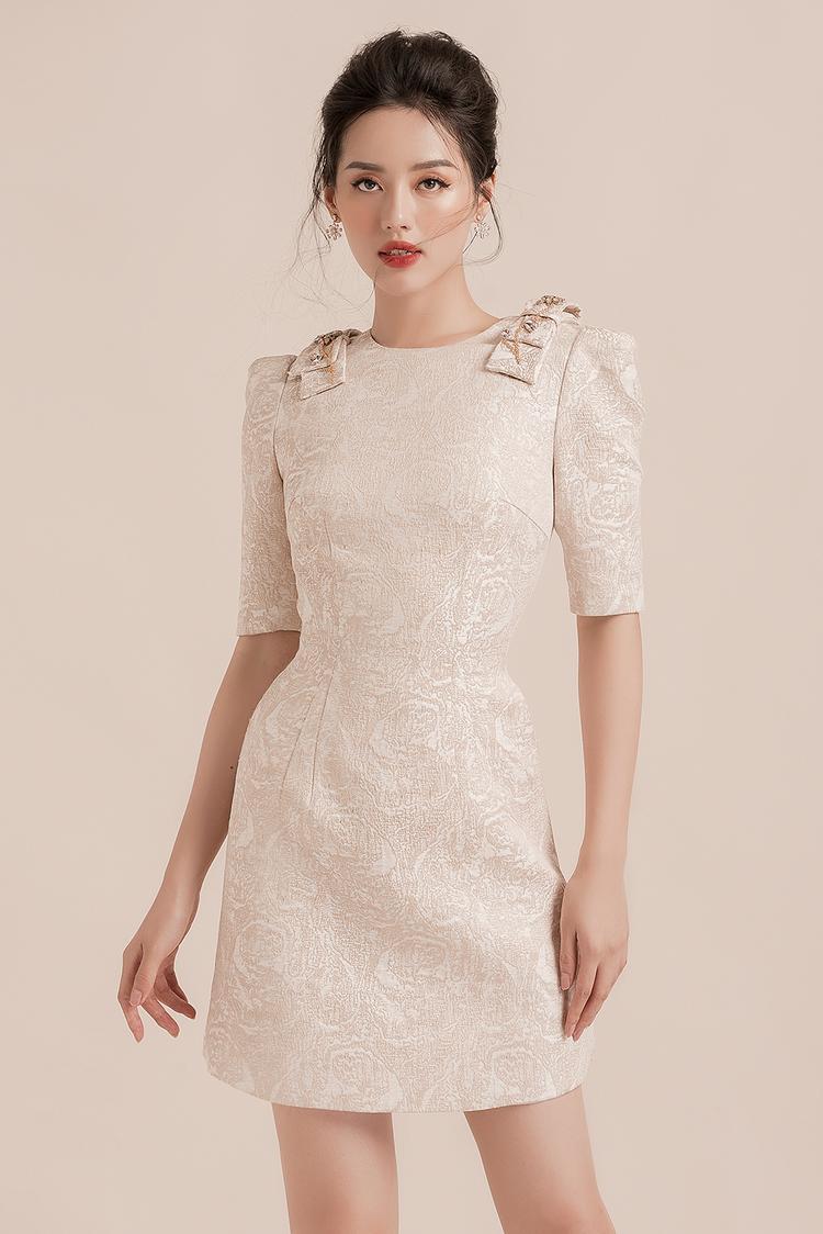 Khánh Linh trông như một quý cô công sở lịch lãm và đầy kiêu kỳ.