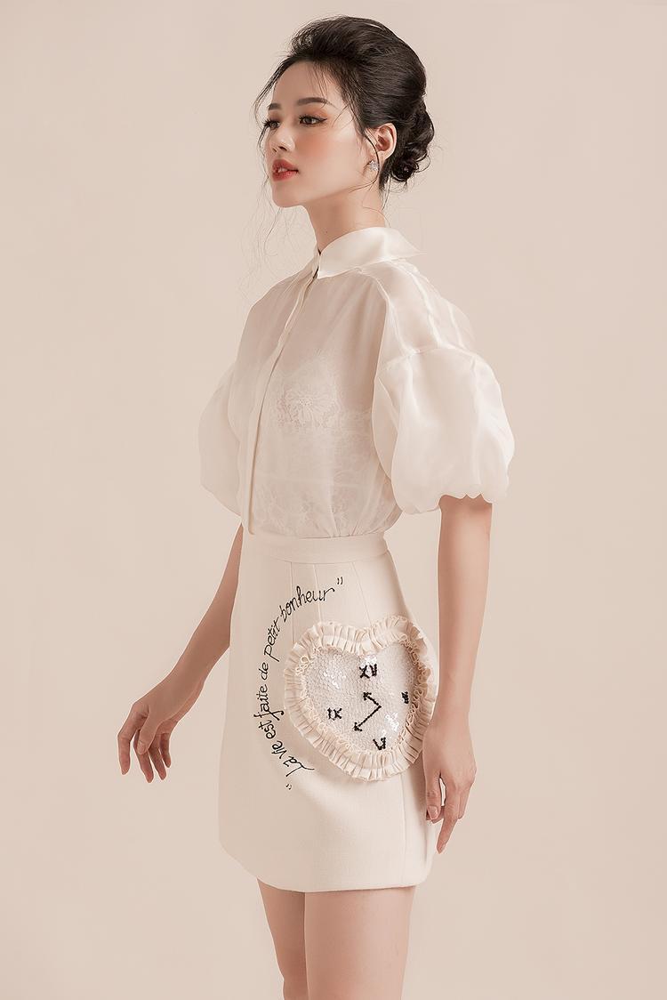 Các thiết kế gây chú ý bởi chi tiết xếp ly tinh tế kết hợp với những điểm cách điệu ở phần cổ, tay và chân váy đính kết, phù hợp với những cô nàng hiện đại.
