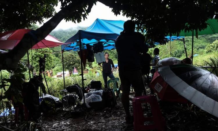 Đội bóng nhí Lợn Hoang gồm 13 thành viên (1 huấn luyện viên) đã mắc kẹt trong hang Tham Luang từ ngày 23/06. Đến thời điểm hiện tại, 9 thành viên đã được đưa ra ngoài an toàn sau nhiều nỗ lực giải cứu.