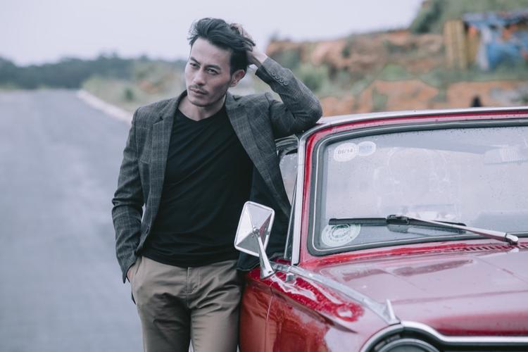 Với vẻ ngoài phong trần cùng những đường nét nam tính vốn có trên khuôn mặt, Trương Thanh Long thật phù hợp để vào vai một người đàn ông đầy u trầm, mỏi mệt với cuộc tình không còn nhiều cảm xúc.