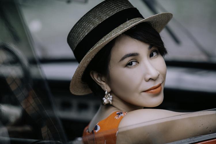 Tạo hình Uyên Linh trong MV Đại lộ tan vỡ.