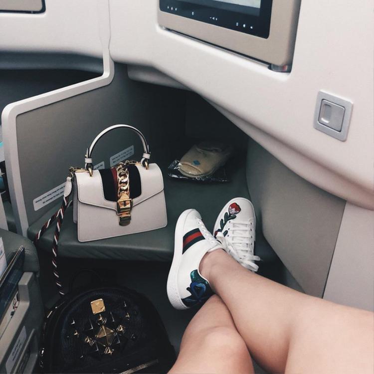Túi và giày xuất hiện trong đoạn clip của Giao.