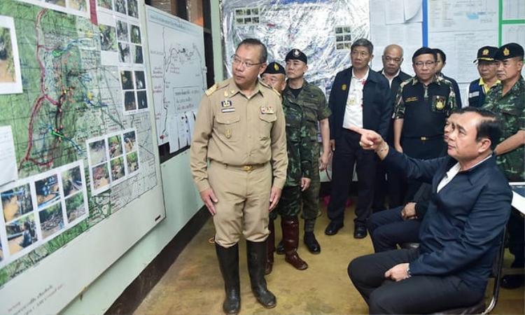 Thủ tướng Thái Lan Prayut Chan-o-chau nghe chỉ huy chiến dịch giải cứu Narongsak Osatanakorn báo cáo tình hình. Ảnh: EPA