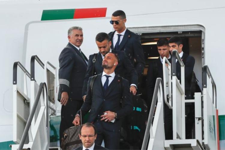 Ronaldo hiếm khi bị bắt gặp đeo tai nghe. Thế nhưng đồng hội của anh lại khá chuộng tai nghe AirPods.