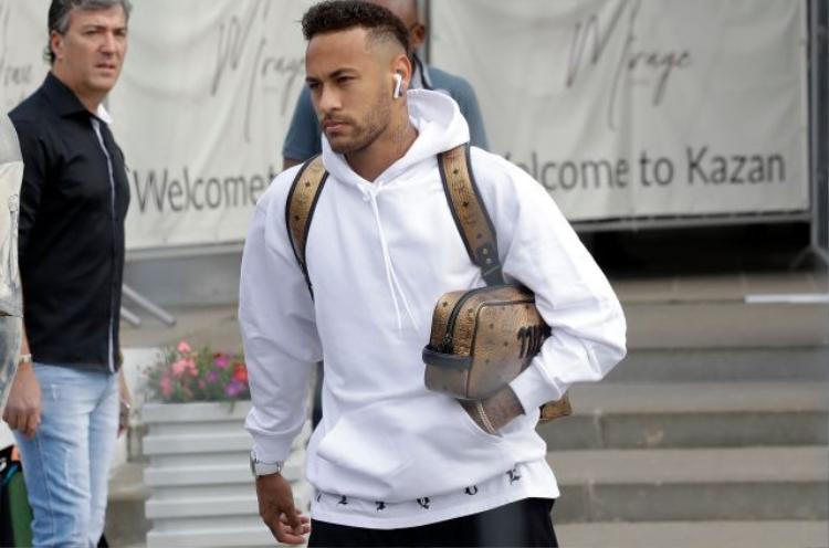 Thất vọng nhưng Neymar vẫn không quên đeo tai nghe Apple khi chuẩn bị về quê nhà sau thất bại.