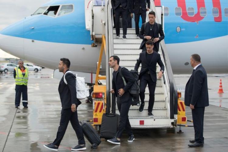 Đồng đội của anh, Javier Hernandez, cũng sử dụng chiếc tai nghe của Apple.