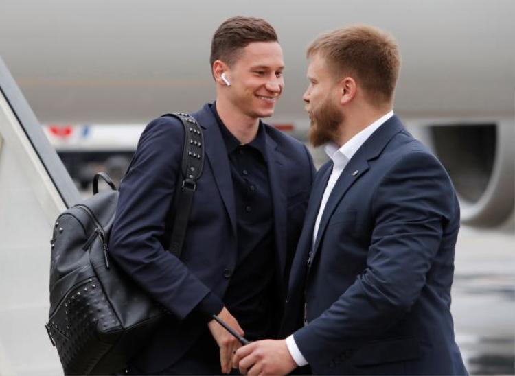 Tiền vệ đội tuyển Đức Julian Draxler cũng bước xuống máy bay trên tai là chiếc tai nghe Apple đặt trưng.