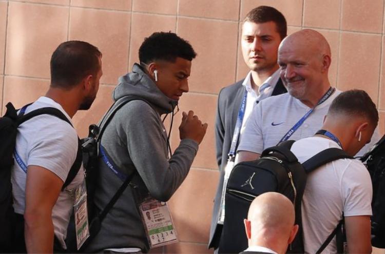 Jesse Lingard (đội tuyển Anh) xuất hiện trong buổi tập trước trận bán kết World Cup 2018 với tai nghe AirPods.