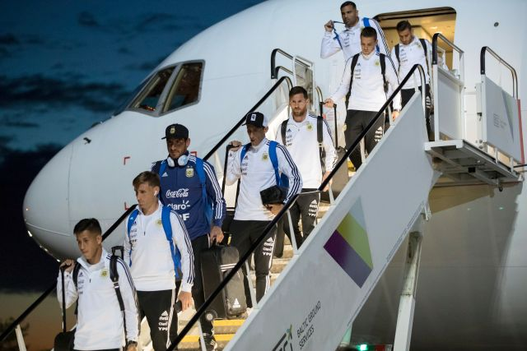 Đội tuyển Argentina người đeo tai nghe AirPods người sử dụng tai nghe Beats.