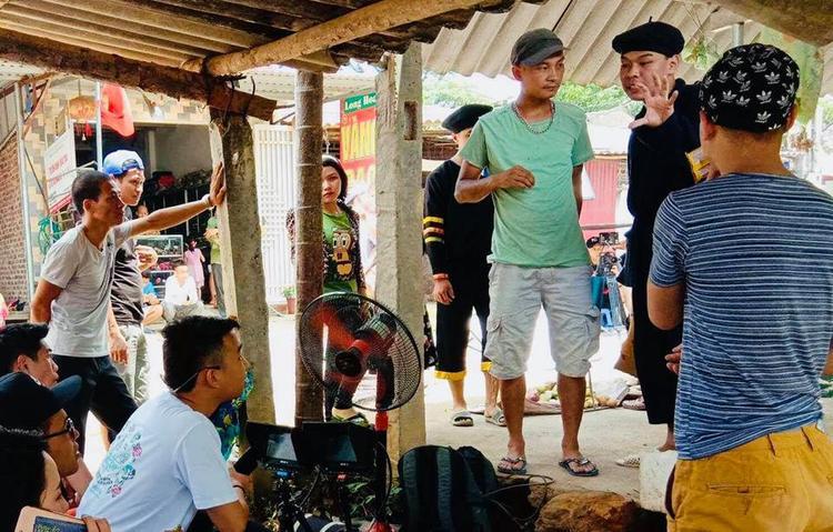 Đoàn phim làm việc chăm chỉ trước ngày khởi chiếu tập đầu tiên.