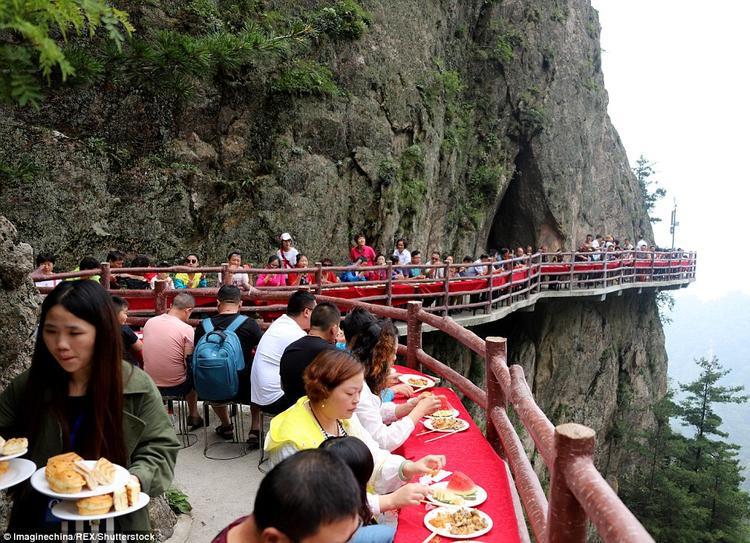 Thực khách sẽ dùng bữa trên cây cầu trong suốt với độ cao 2100m và thưởng thức cảnh vật xung quanh.