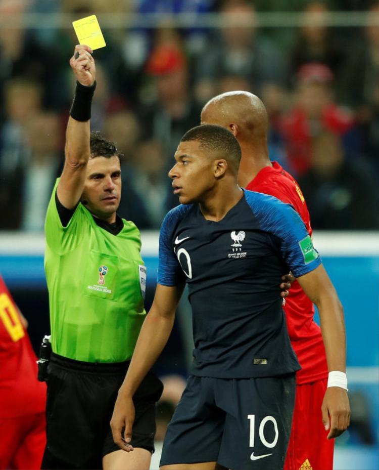 Mbappe nhận thẻ vàng vì hành câu giờ vi xấu xí trước tuyển Bỉ.