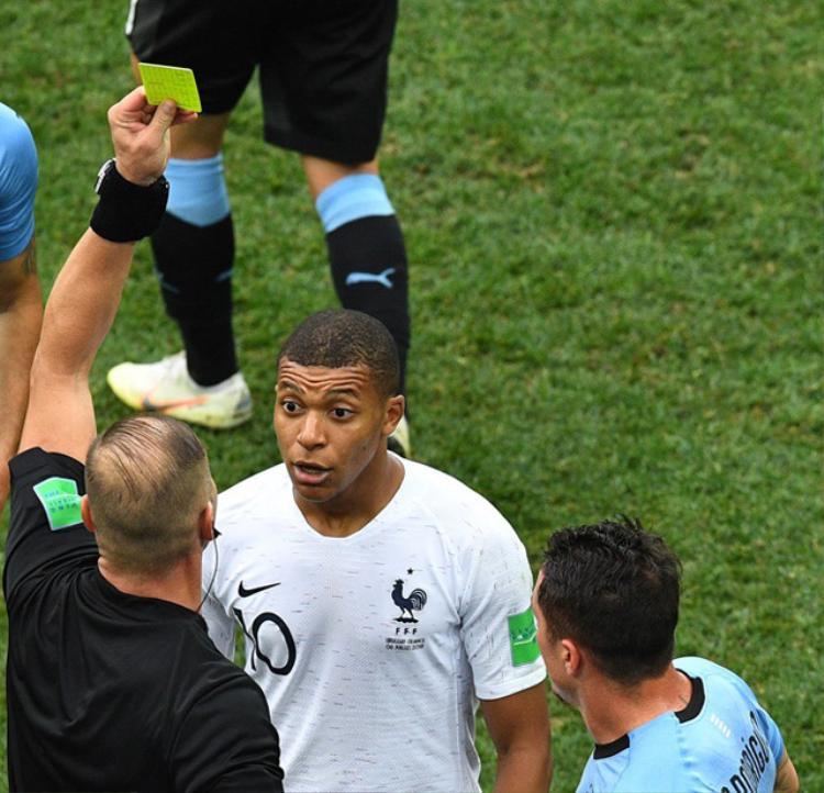 Mbappe từng nhận thẻ vàng vì ăn vạ trước Uruguay.