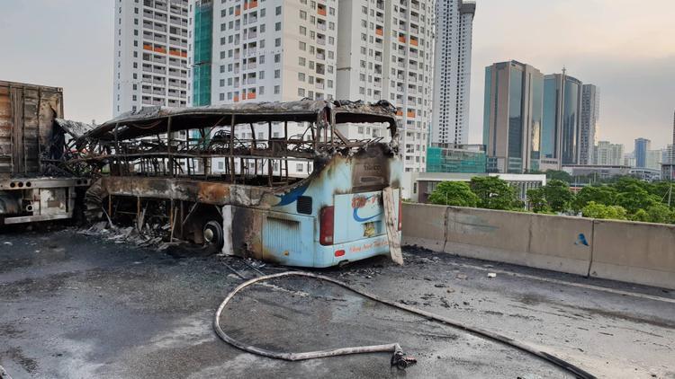Chiếc xe khách bị cháy rụi hoàn toàn, trơ khung sắt.