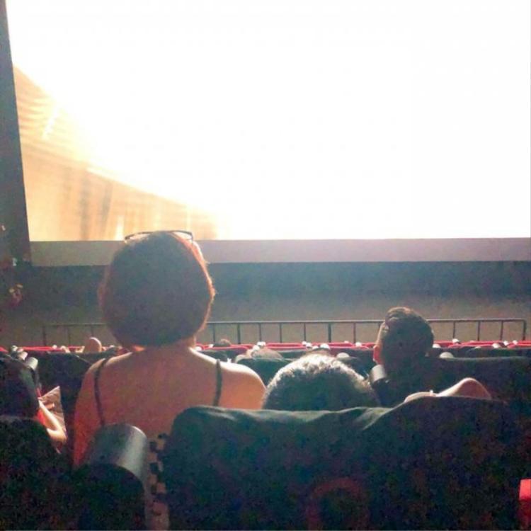 Cô gái cao một cách nổi bật trong rạp chiếu phim vì ngồi lên đùi bạn trai.