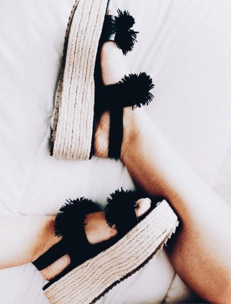 Nếu vẫn muốn tăng chiều cao mà e dè với phần đế dốc, loại giày có phần mũi và đế ngang nhau chắc chắn sẽ là sự lựa chọn hoàn hảo.