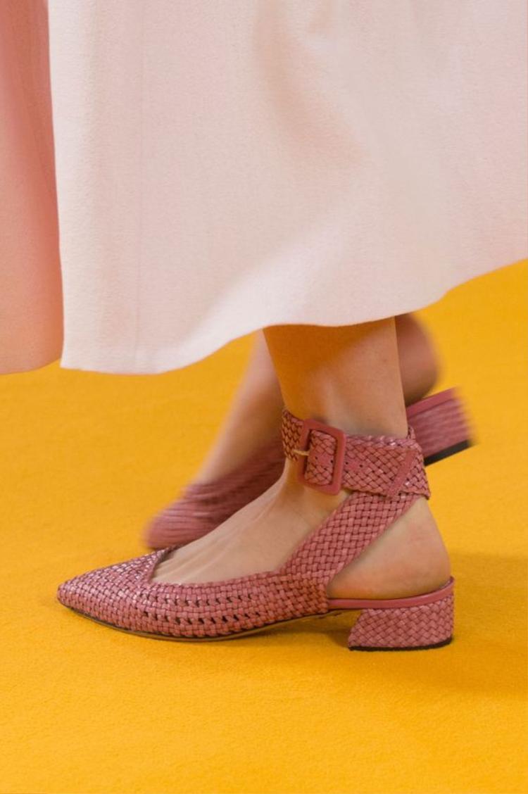 """Vì tính chất công việc, nhiều """"mẹ bầu"""" vẫn phải ử dụng giày cao gót. Khi ấy, những đôi mules với phần đế thấp sẽ là lựa chọn hoàn hảo."""