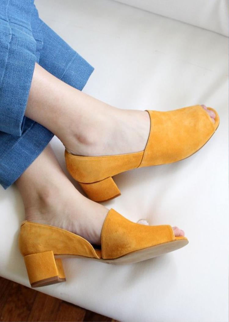 """Đôi khi, chỉ cần một đôi giày gót vuông nổi bật thế này là đã đủ khiến """"nàng bầu"""" tỏa sáng khi xuống phố."""