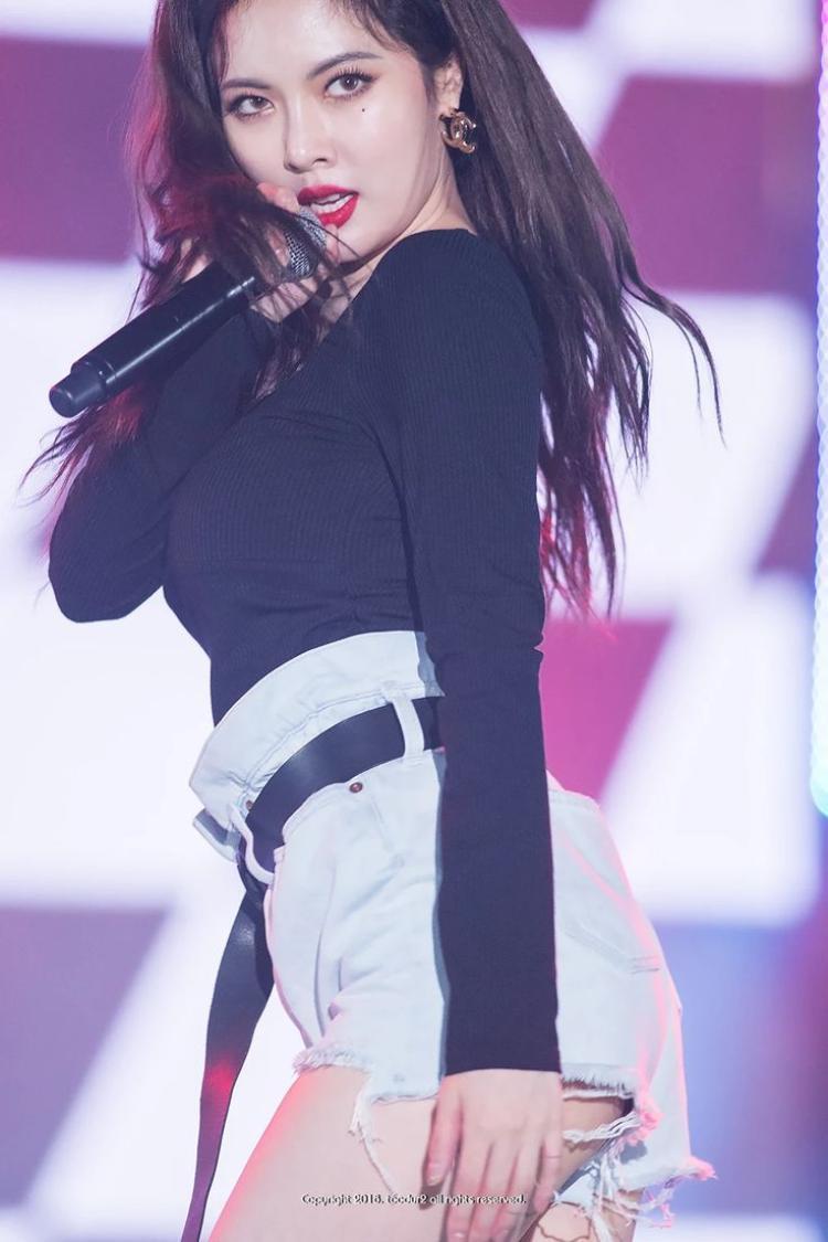 Quần short bò mang lại vẻ quyến rũ và năng động cho HyunA.