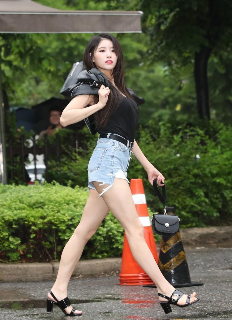 Mijoo khoe chân dài miên man với quần short.