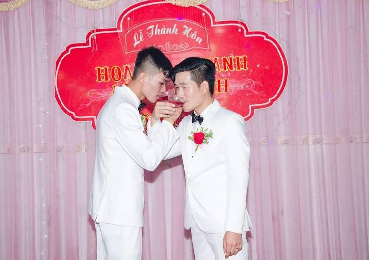 Đám cưới của cặp đôi đồng tính nam Lê Anh và Thành Tín gây xôn xao vùng quê nhỏ ở Bình Dương.
