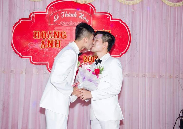 Cũng giống như nhiều đám cưới khác, lễ cưới của cặp đôi này cũng đầy đủ các nghi thức như: rước dâu, trao nhẫn, tiệc mừng với sự hiện diện và chúc phúc của hai bên gia đình cùng đông đủ quan khách. Tuy nhiên, để có sự ủng hộ ấy, hai chàng trai này đã phải trải qua không ít khó khăn, nhiều nỗi buồn và cả nước mắt.
