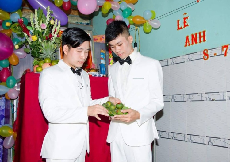 Hai chàng trai dự định xin một đứa con nuôi để xây dựng tổ ấm trọn vẹn.