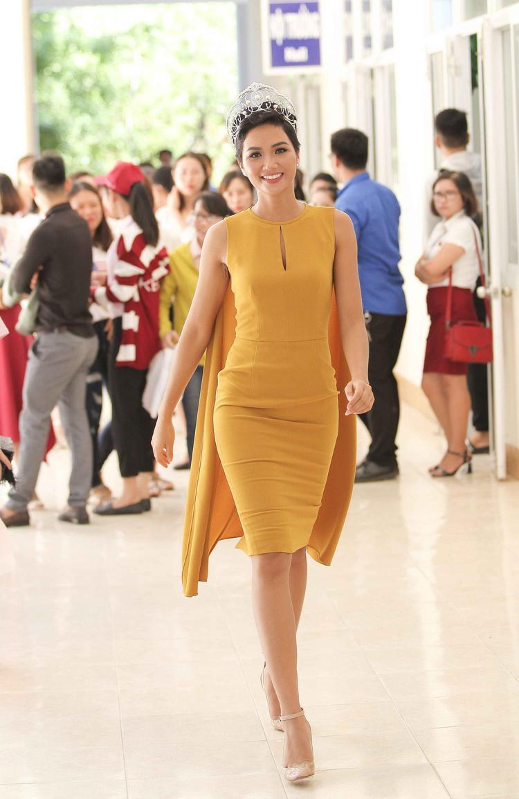 """Trong một sự kiện gần đây, chân dài sinh năm 1992 tự tin khoe sắc vóc """"Vệ Nữ"""" trong chiếc váy tinh giản, gam màu vàng đất."""