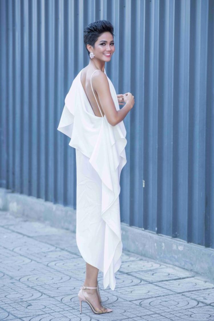 """Đây là lần hiếm hoi chân dài chưng diện một bộ cánh màu sắc, trước đó H'Hen Niê được mệnh danh là """"nữ hoàng sắc trắng"""" khi luôn ưu ái tông màu này trong các sự kiện."""
