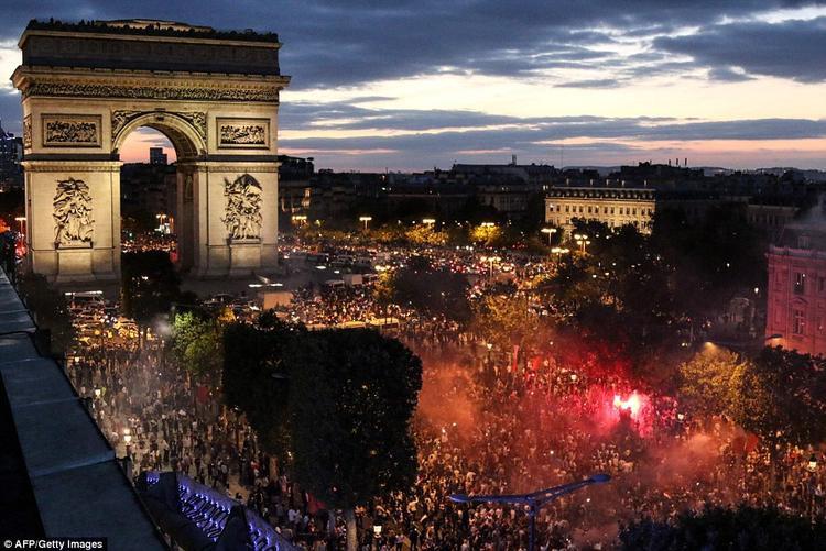Mọi người cùng nhau đốt pháo sáng… Ảnh: AFP