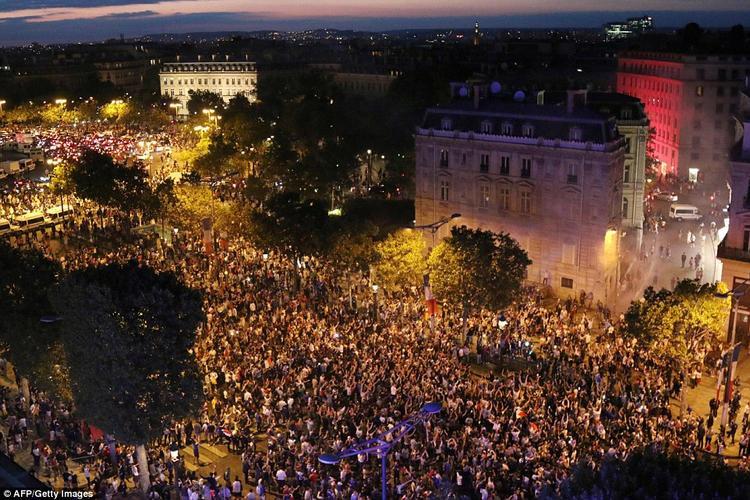 """Trung tâm thành phố Paris """"thất thủ"""" trước dòng người tấp nập. Ảnh: AFP"""
