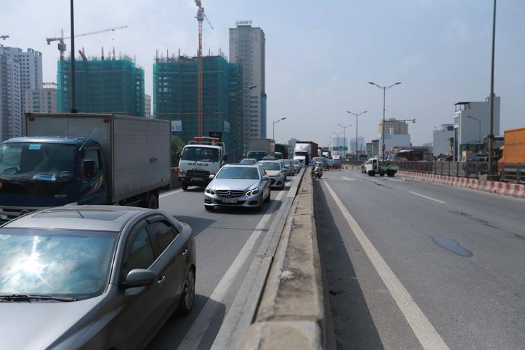 Lối lên xung quanh khu vực vụ tai nạn giữa xe khách và xe container trên đường vành đai 3 trên cao đã được lực lượng chức năng phong tỏa, các phương tiện phải rẽ xuống phía dưới.