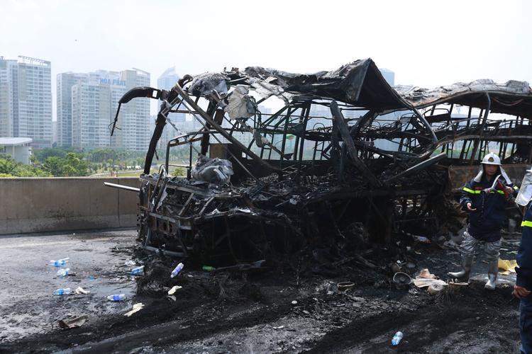 Đến đoạn đối diện tòa nhà Viglacera, thuộc địa bàn phường Trung Hòa, quận Cầu Giấy, TP. Hà Nội thì bất ngờ đâm vào đuôi xe container chạy cùng chiều, do tài xế Trần Bá Huy (SN 1984) trú tại Nam Sách, Hải Dương điều khiển.