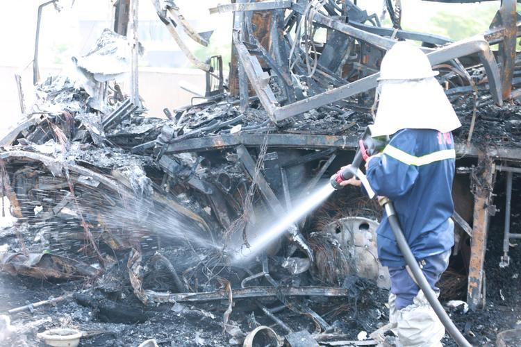 Do hỏa hoạn nghiêm trọng nên sáng nay cảnh sát PCCC phải bơm nước làm mát, tiến hành đưa nạn nhân tử vong bị mắc kẹt ra ngoài.