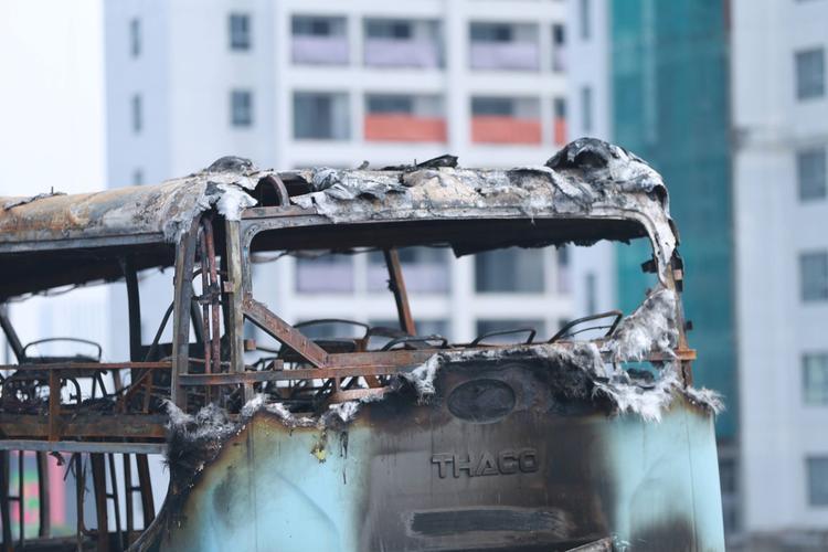 Phần nóc xe bị cháy rụi.