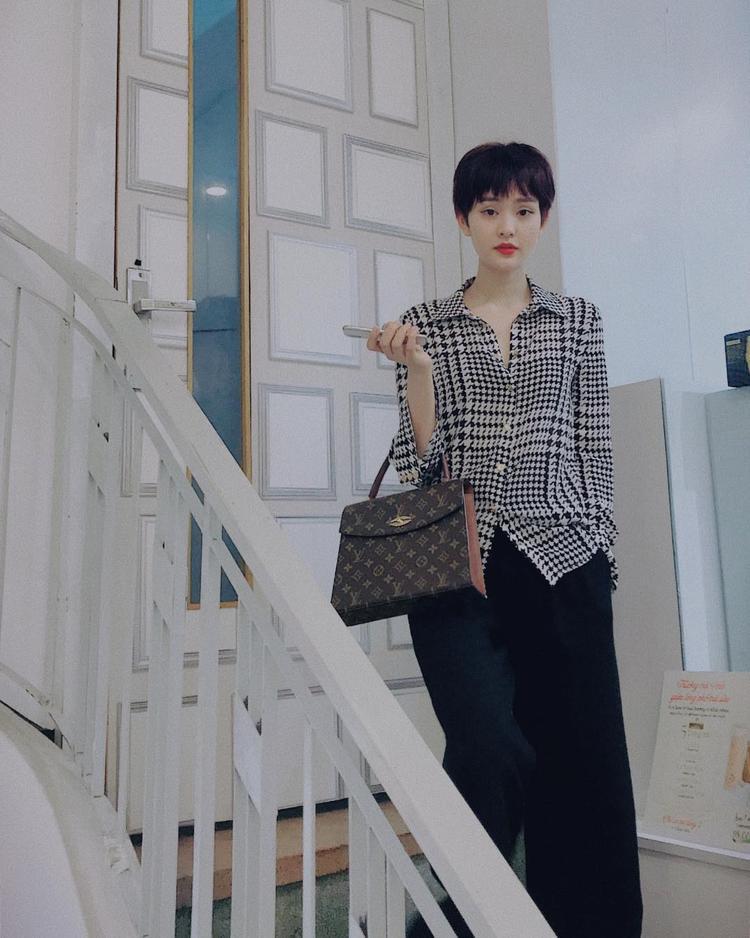 Đây là kiểu tóc cá tính mà người đẹp đang để dạo gần đây khá giống với kiểu dáng của ca sĩ Miu Lê, rất phù hợp cho những cô nàng theo đuổi phong cách manswear và thích sự phá cách.
