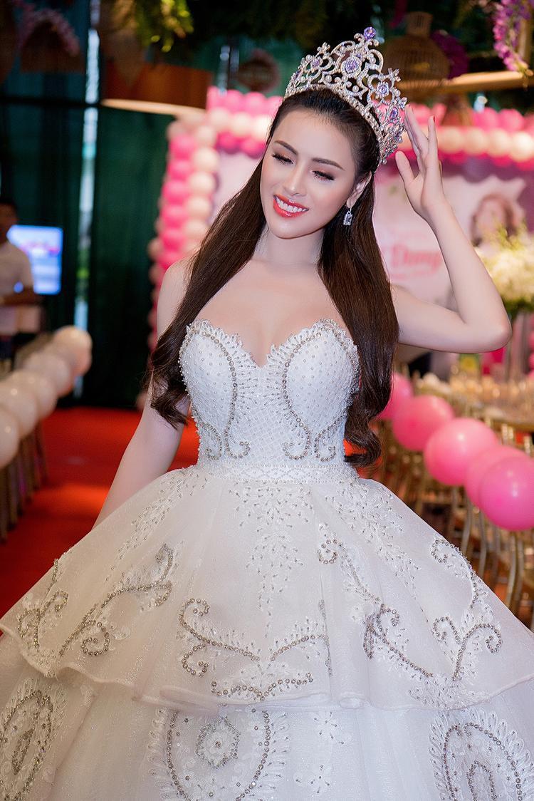 Hậu Thư Dung đến sự kiện khá sớm, người đẹp khoe sắc trong thiết kế đầm công chúa khá cầu kỳ.