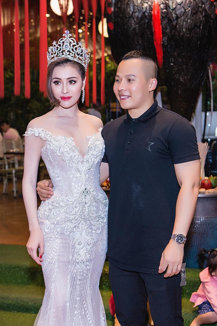 Thư Dung vui vẻ chụp ảnh cùng ông bầu Vũ Khắc Tiệp.