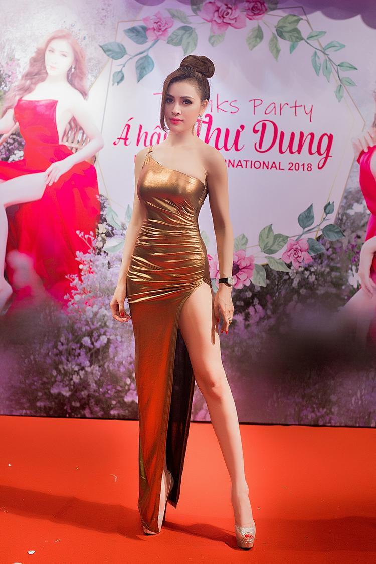 """Cuối cùng, Thư Dung chưng diện chiếc váy xẻ cao """"hiểm hóc"""" cuả NTK Vân Anh Scarlet để tiện di chuyển."""