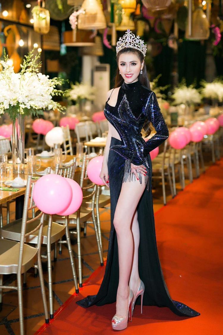 Thư Dung thay thiết kế thứ 2 của NTK Đỗ Long, nàng hậu chọn cho mình bộ trang phục màu xanh đen cắt xẻ táo bạo.