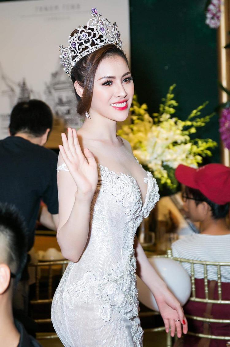 Trong bộ váy thứ 3, nàng á hậu tiếp tục ghi điểm với trang phục tôn 3 vòng đồng hồ cát của NTK Anh Thư.