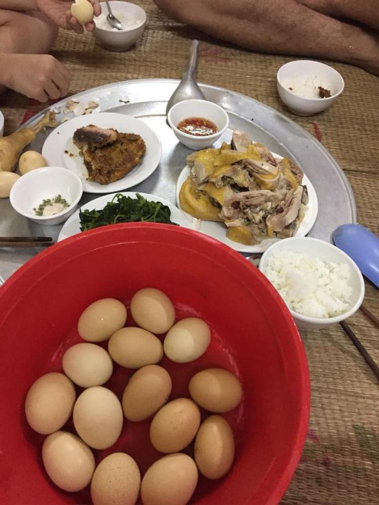 Nhà có anh chồng không biết nấu ăn cho nên tất cả các món đều luộc, gà luộc, trứng luộc, rau luộc…