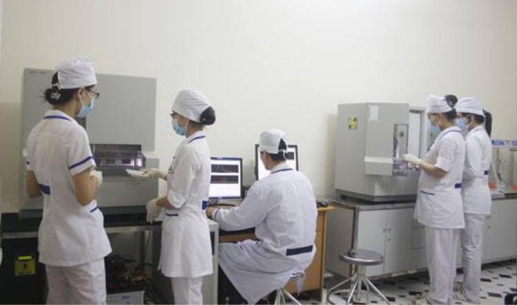 Nhân viên làm xét nghiệm ADN ở trung tâm.