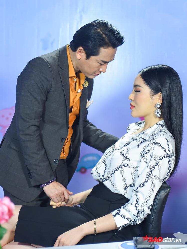Cái nắm chặt tay đầy tình cảm của cặp đôi.